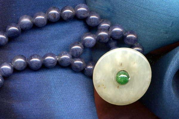 Heilstein knochen und Gelenke: Blauquarz mit Jadeknopf